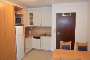 Kuchyňský kout, vstup do pokoje z chodby apartmánu